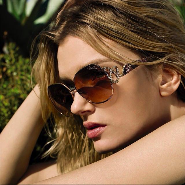 In acest timp anului sunt o minoritate oameni care nu se ascund in spatele ochelarilor de soare.  Oare modelul ochelari de soare ales pentru viziunea voastra are si functii de protectie sau aprofundeaza problema, aflam mai jos :
