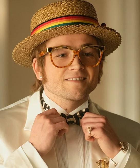 Biopicul din 2019 despre legenda britanică Rocketman ne prezintă într-un mod magnific atât povestea sa incredibilă, cât și incarnările sale de modă de neuitat....... și bineînțeles ochelarii lui de soare.
